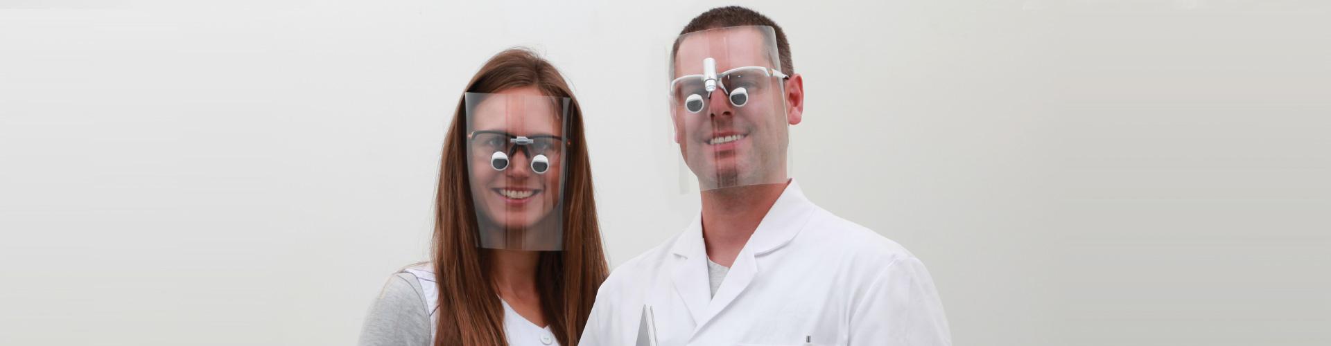 Mann und Frau tragen protect-on infektionsschutz in Kombination mit opt-on